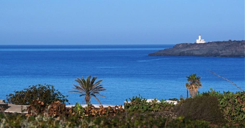 Vista del faro di Punta Spadillo